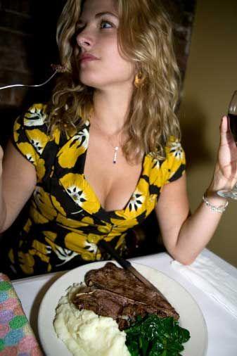 Yemek için genelde hangi tarz restoranı tercih edersiniz? A) İtalyan yemeklerini çok seviyorum. Makarna ve tiramisu benim için vazgeçilmezdir. B) Benim için her yer aynı sayılır. Çünkü her zaman salata yemeyi tercih ederim.  C) Genellikle ne bulursam onu yerim. Bu nedenle restoran konusunda fazla ayrım yapmam.  D) Lezzetli ve değişik olduğu sürece her zaman yeni tatlara açığım.